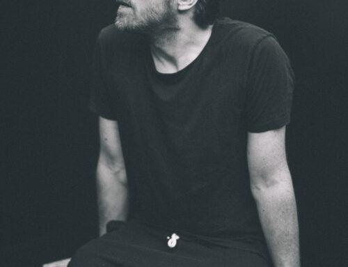 """Ich glaub', ich bin ein """"Drummer-Songwriter"""", der auch singt – Vom Klub-Abend mit Tim Neuhaus"""