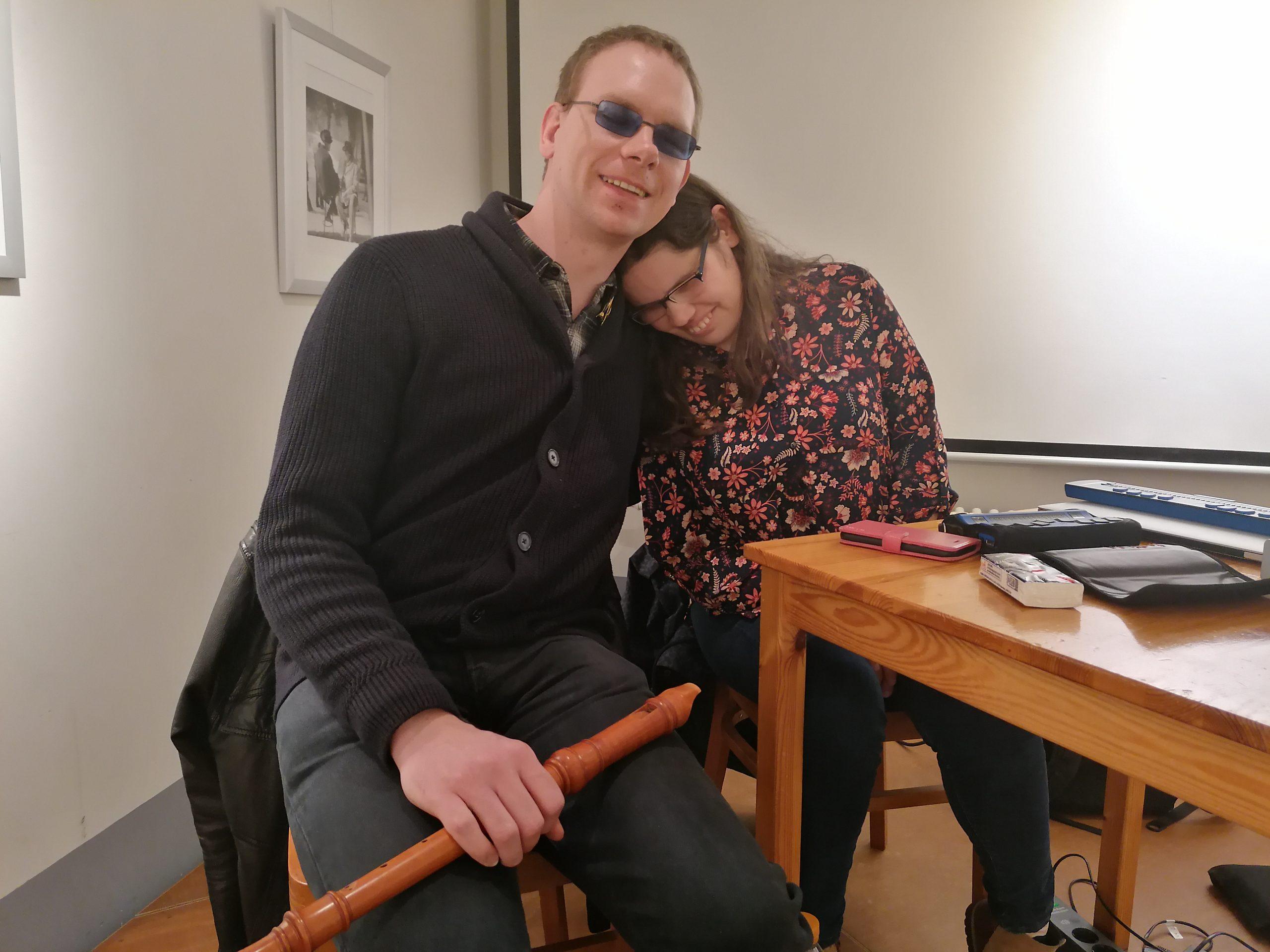 Annemarie Kock und Martin weigert haben gemeinsam die Dunkellesung in der Hofgalerie des Moritzhofs gestaltet.